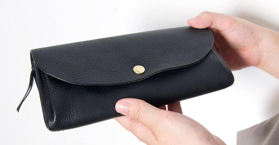CINQ長財布ブラック 手に持ったサイズ感