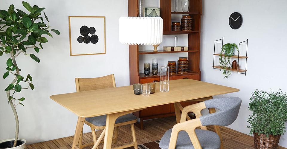 4人掛けテーブルと紙のペンダントライト