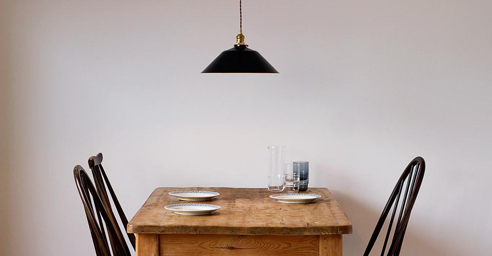 アンティークのパインテーブルとペンダントライト