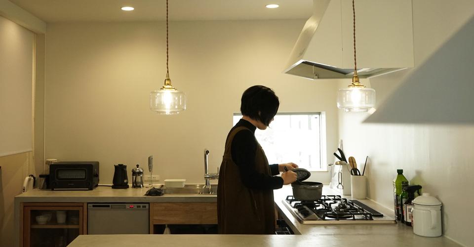 キッチンカウンターにペンダントライト多灯付け