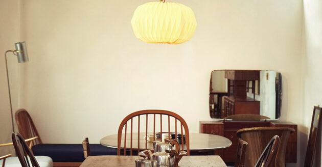 アクシスクラシック アンティークテーブルと照明